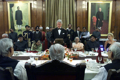 President Clinton returns the toast and makes remarks during the State Dinner at the Banquet Hall, Rashtrapati Bhavan.  New Delhi, India.