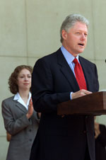 President Clinton makes remarks to the guests of the US Ambassador's reception, Roosevelt House.  New Delhi, India.