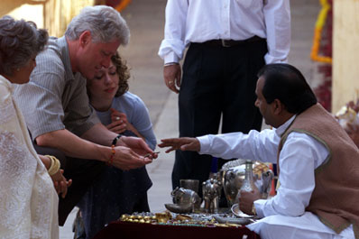 The President and Chelsea Clinton look at wares from local craftsmen at the Amber Fort.